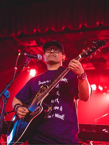 Shavvi Dwa on guitar